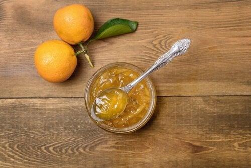 Wie man Zitrusmarmelade mit wenig Zucker macht