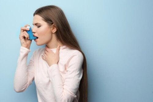 Frau mit Asthma leidet an Kortikophobie