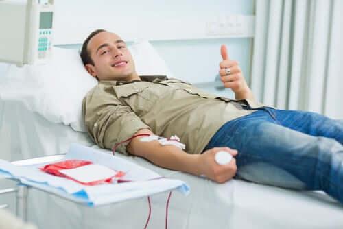 Mann beim Blut spenden
