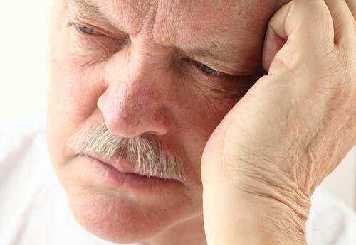 Mann mit Alzheimer hat veränderte Schlafmuster