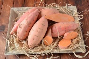 Mit Avocado und Erbsen gefüllte Süßkartoffeln