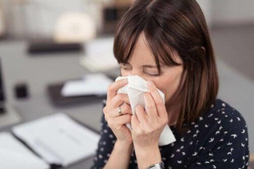 Frau leidet an Allergien