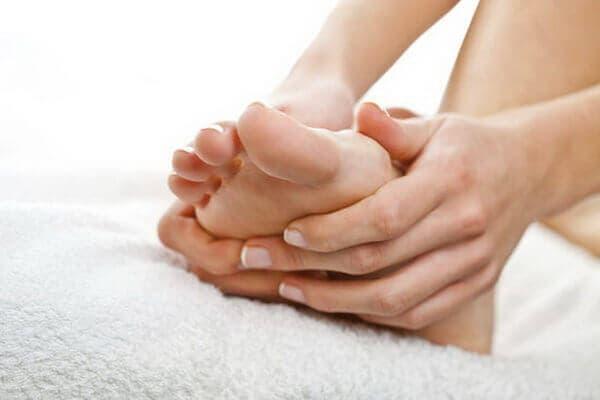 Geschwollene Füße in der Schwangerschaft: Diese Übungen helfen!