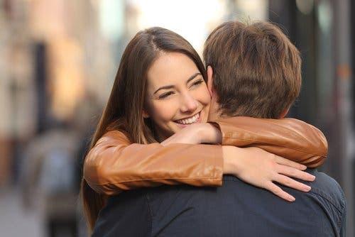 Küsse und Umarmungen in der Beziehung