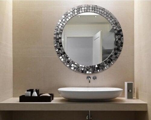 Mit dem Föhn den Badspiegel reinigen