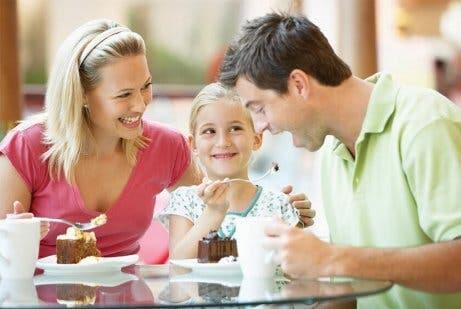 Familie beim Kuchenessen