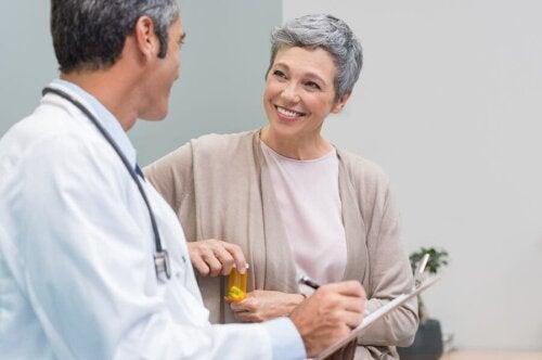Wechseljahre: Frau beim Arzt
