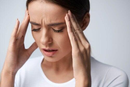 Frau leidet an Augenmigräne