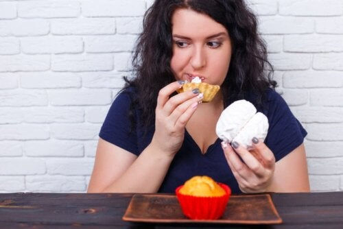 Frau mit Heißhungerattacke wegen Angstzuständen