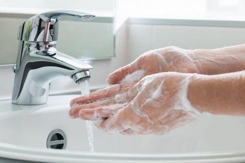 Hände waschen zur Vorsorge gegen bakterielle Vaginose