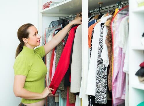 Auswahl der Kleidung für mehr Ordnung im Kleiderschrank
