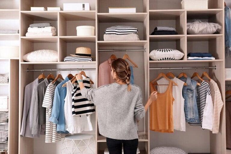 Ordnung im Kleiderschrank: Jedes Kleidungsstück am richtigen Ort!