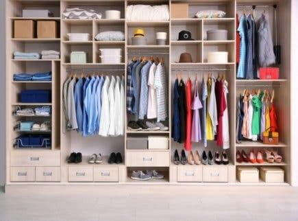 Organisiere deine Kleidung im Kleiderschrank