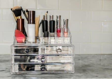 Ständer mit Kosmetika