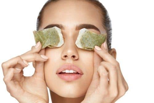 Teebeutel zur Linderung der Symptome einer Augenentzündung