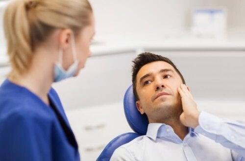 Zahnärztin berät Patienten über Ziehen der Weisheitszähne