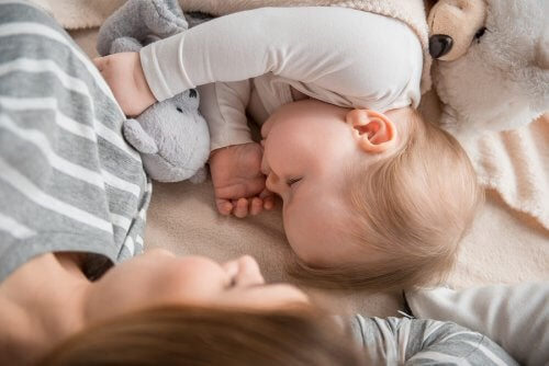 Bei Mama schlafen: Gut oder schlecht für das Kind?