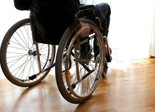 Patient mit Multiple Sklerose im Rollstuhl