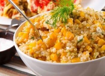 Quinoa-Salat mit Mais und Frühlingszwiebeln