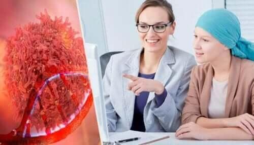 Symptome von Eierstockkrebs - Ärztin mit Patientin