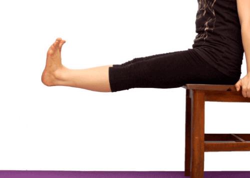 verletzte Knie - Knie ausstrecken auf einem Stuhl