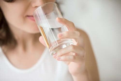 Wasser auf nüchternen Magen trinken: Was passiert in deinem Körper?