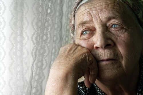 Einsamkeit bei älteren Menschen - einsame Frau