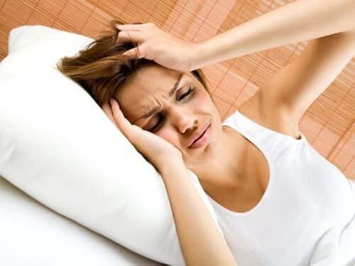 Leber und Kopfschmerzen - Frau mit Kopfschmerzen