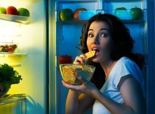 Zuckerkonsum - Frau am Kühlschrank