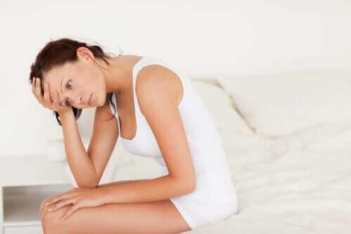 Eine Harnwegsinfektion - Frau auf dem Bett
