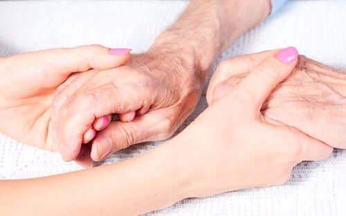 Einsamkeit bei älteren Menschen - zwei Menschen halten sich die Hände