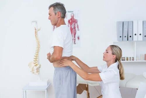 Squats - Mann beim Arzt