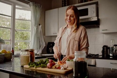 Frau bereitet frühes Abendessen zu