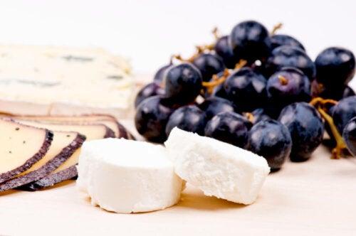 Muscovado-Zucker zu Käse und Trauben