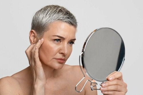 Arten von Falten - Frau vor dem Spiegel