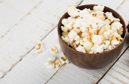 Popcorn - Eine Holzschüssel mit Popcorn