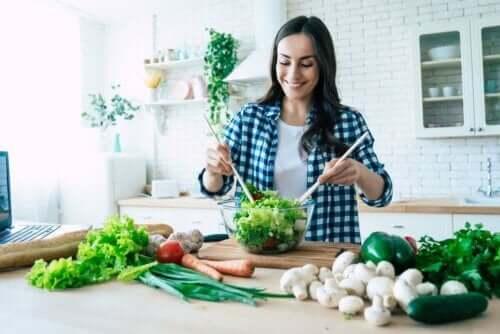 Natriumkaseinat - Frau macht einen Salat