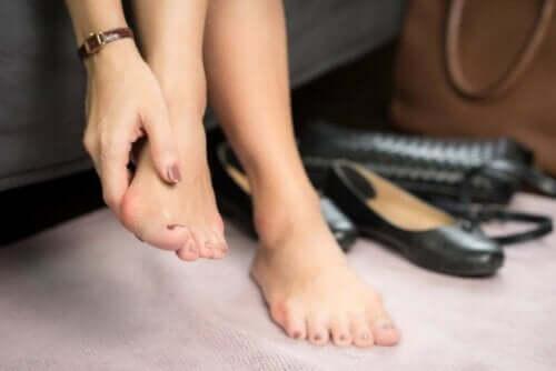 Paronychie - Frau massiert ihre Füße