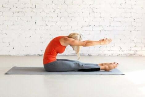 Die Streckung der Wirbelsäule eine der einfachsten Pilates-Übungen für Anfänger