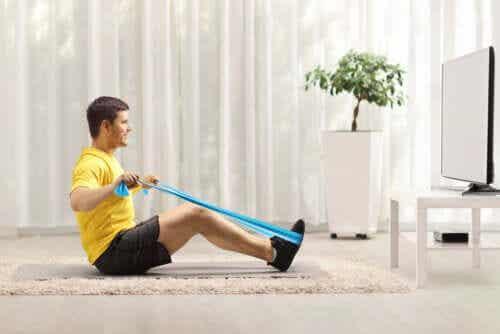 Übungen mit Elastikband für einen starken Rücken