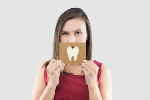 Frau mit Zahnkaries