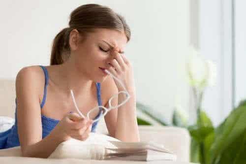 4 natürliche Behandlungen bei Augenschmerzen