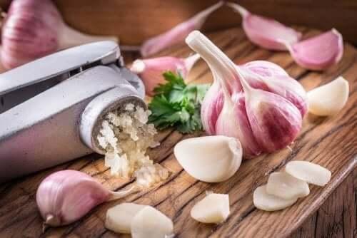 Cholesterinspiegel mit Knoblauch senken: 3 Hausmittel