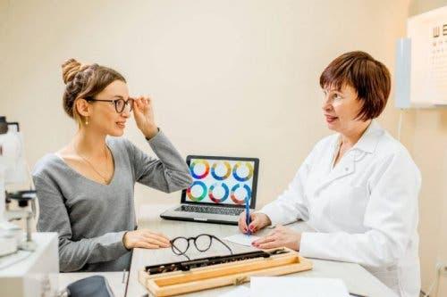 Farbenblindheit - Frau beim Augenarzt