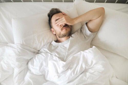 Schulter-Tendinitis - Mann kann nicht schlafen