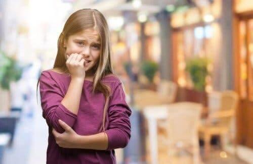vom Nägelkauen abhalten - Mädchen
