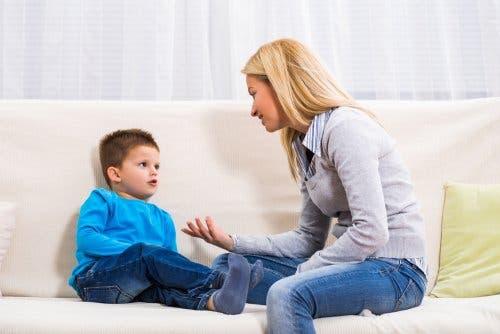 vom Nägelkauen abhalten - Mutter spricht mit Sohn