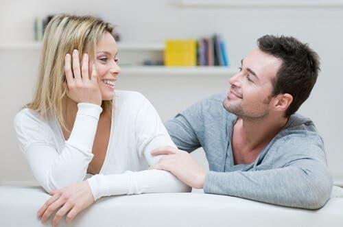 Paar spricht miteinander