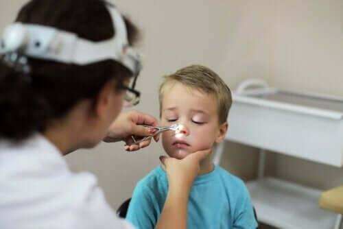 Ein Kinderarzt kann bei einer Adenoiditis weiterhelfen