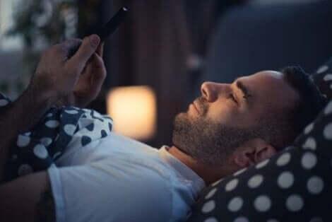 Verzichte auf elektronische Geräte im Bett und nutze weiches, anstatt helles Licht